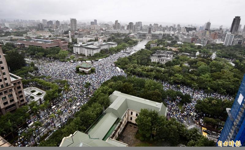 王定宇認為,認同台灣且不主張台灣人是中國人的民眾,都是台灣人。圖為反紅媒大遊行。(資料照)
