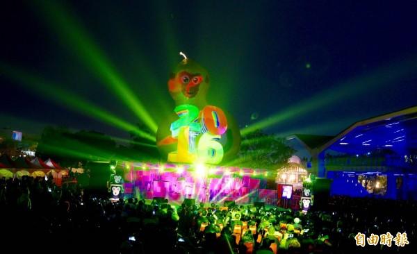 台北燈節晚間登場,備受矚目的主燈福祿猴以燈光秀呈現在民眾眼前。(記者羅沛德攝)