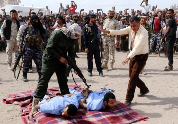 葉門公開槍斃2名姦殺12歲男童的犯人,槍斃現場有許多民眾到場。(路透)