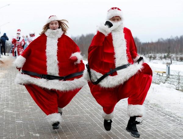 白俄羅斯的明斯克,有人不只扮成耶誕老人參加路跑,還特別把自己打扮得胖胖的。(路透)