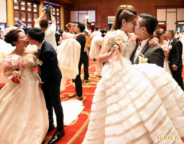 中華電信4日在台北圓山大飯店舉辦集團結婚典禮,新人在儀式開始前自拍留念。(記者朱沛雄攝)