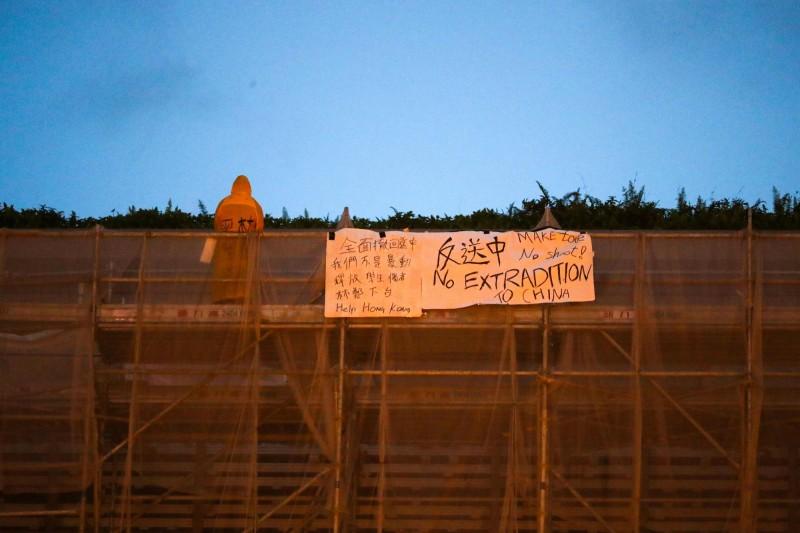香港返送中抗議今再遊行,晚上並將為1名墜樓的反送中犧牲者開悼念會。(法新社)