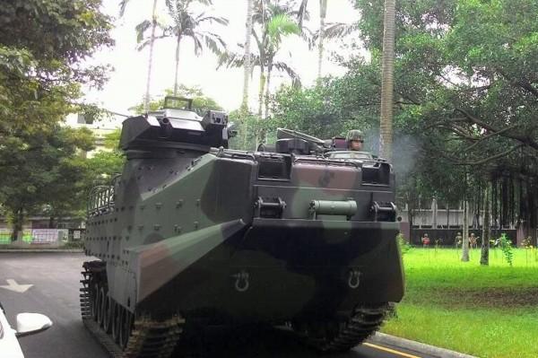 陸戰隊將增購多項武器裝備,包括「AAV-7兩棲突擊車」(如圖)、國造「單兵手持紅雀戰鬥型無人飛行載具」,及國造「紅隼近程反裝甲火箭彈」。(中央社)