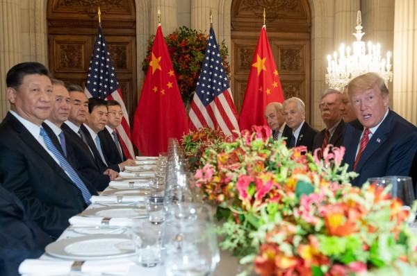 美國總統川普(右一)與中國國家主席習近平(左一)在阿根廷會面。(法新社)