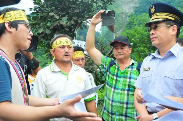 警方和部落族人協調,盼族人表達訴求後,不要繼續封路。(記者花孟璟攝)