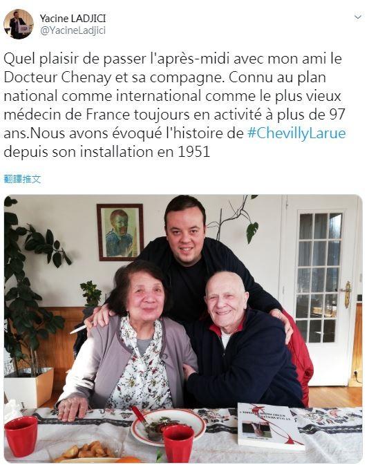 準人瑞級醫生謝內(前排右)上週剛滿98歲,身體狀況仍保持得很好,不僅每天早上六點半起床,並持續每個禮拜工作60小時的習慣。(圖擷取自Twitter)