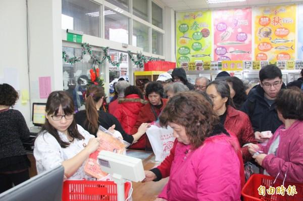 中國遊客喜歡狂購東西是眾所皆知的事,過去在世界各地都能看到中國大媽搶購商品。(資料照,記者林欣漢攝)