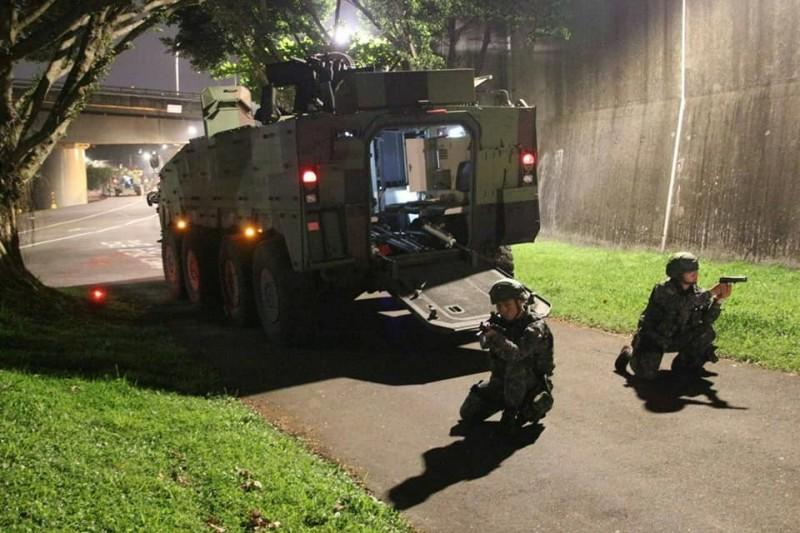 報導指出,憲兵單位近期利用深夜時段進行模擬訓練,以期強化首都衛戍的能力。(圖擷取自臉書_憲兵指揮部發言人)