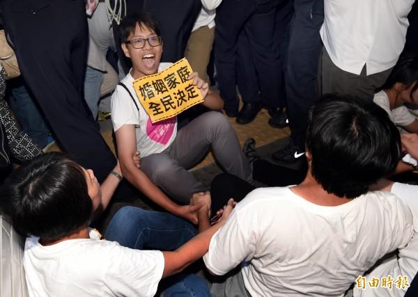 部分群眾翻進立法院,並持續高喊口號抗議。(記者朱沛雄攝)