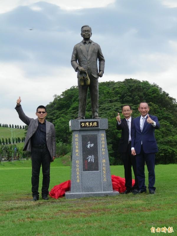 基隆擁恆文創園區今天為中國前總理溫家寶「台灣英雄」雕像揭幕。(記者盧賢秀攝)