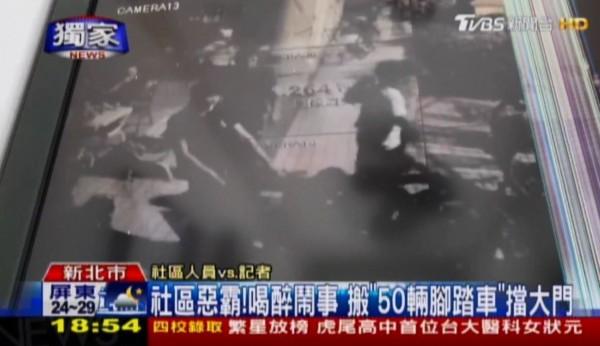 畫面為監視器畫面,惡霸住戶搬50輛腳踏車擋住大門。(圖擷自TVBS新聞台)