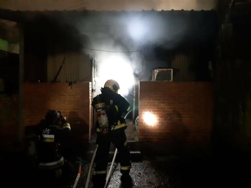 台北市木柵路一段1間民宅晚間失火,49歲高姓屋主燒成焦屍。(記者姚岳宏翻攝)