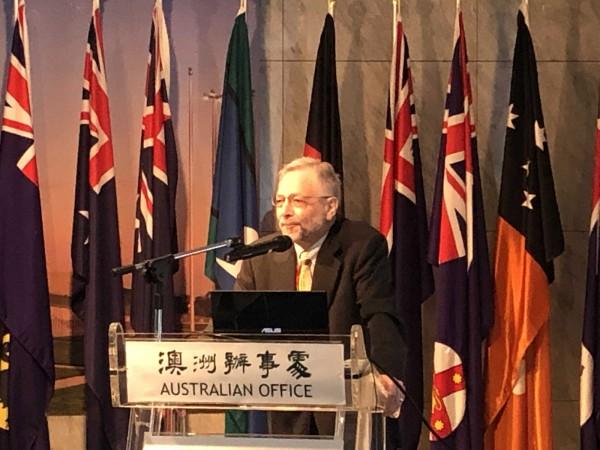 長期關注台灣發展的澳洲著名學者家博9日在台北發表演說,呼籲台灣人民重新思索國家定位及未來走向。(中央社)