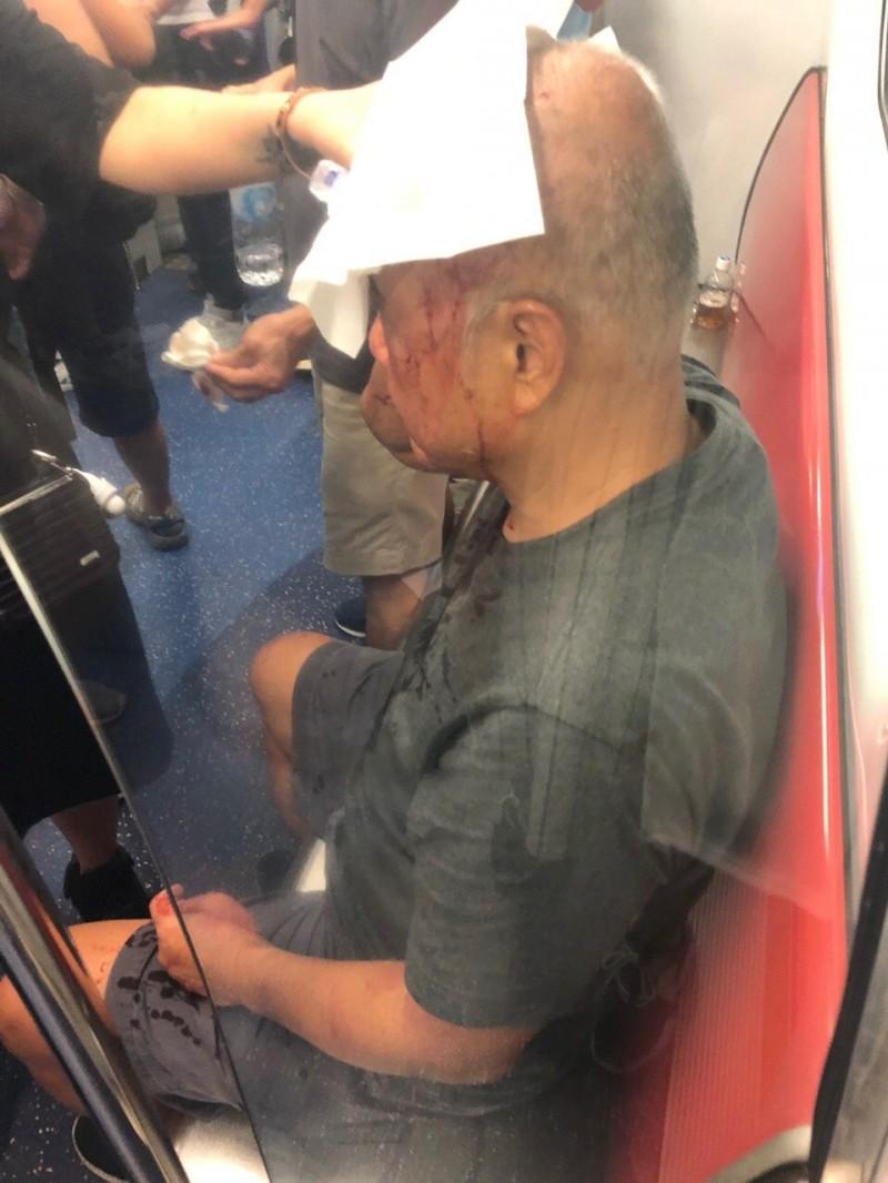 民眾在元朗站被打得頭破血流。(圖擷取自Telegram)