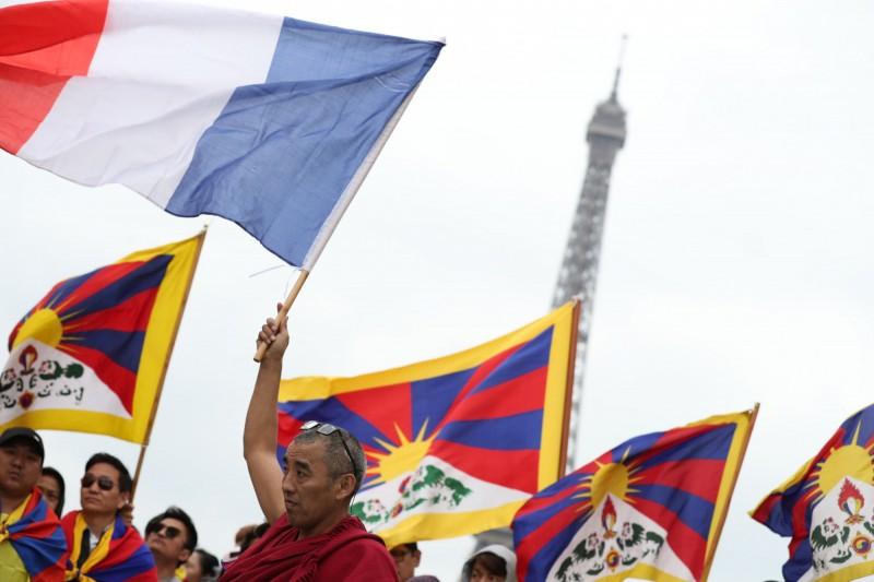 約1400人24日集中到巴黎人權廣場,除揮舞著西藏流亡政府「雪山獅子旗」,一路上還用英文和藏語高喊「中國殺人」、「習近平是兇手」、「我們要自由」等口號。(法新社)
