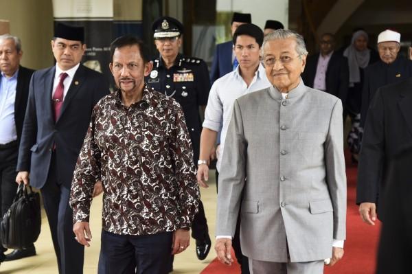 汶萊蘇丹包奇亞(左)14日到訪,是馬來西亞總理馬哈地(右)上任後後,第一位到訪的外國領袖。(歐新社)