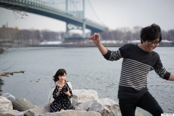 34歲藝術家June Korea拍攝一系列充氣娃娃的藝術照片,過程,彷彿在照鏡子,看見自己內心的情緒變化。(圖擷取自賀芬頓郵報)