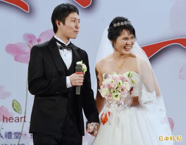 中華電信4日舉辦集團婚禮,新人代表林厚、陳佳倫分享相識相戀過程。(記者朱沛雄攝)