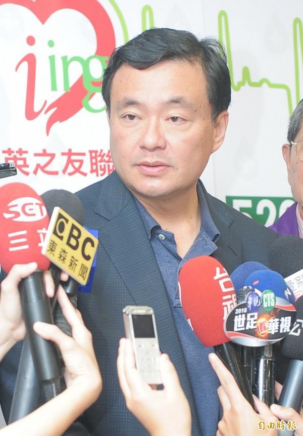 小英之友會舉行2018全國聯合520公益捐血活動,民進黨秘書長洪耀福接受媒體聯訪。他說:自提人選不代表要與柯P為敵。(記者王藝菘攝)