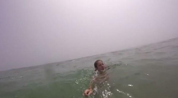 父親瓊斯靈機一動抓住艾琳手上的自拍神器,順利將她拖回岸邊。(圗擷取自YouTube)