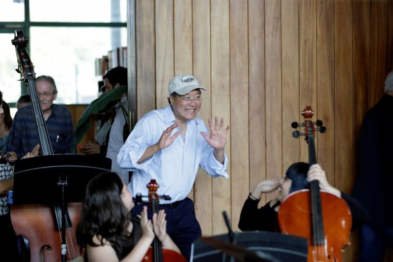 知名華裔大提琴演奏家馬友友13日在美墨邊界舉辦音樂會,他希望透過音樂弭平分歧,強調人們應尋求溝通,而不是築牆阻絕。(路透)