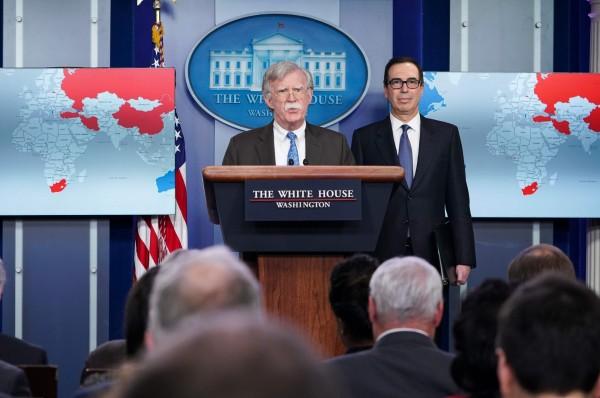 白宮發布會,右為美國財長努勤,中間為美國安顧問波頓。(法新社)