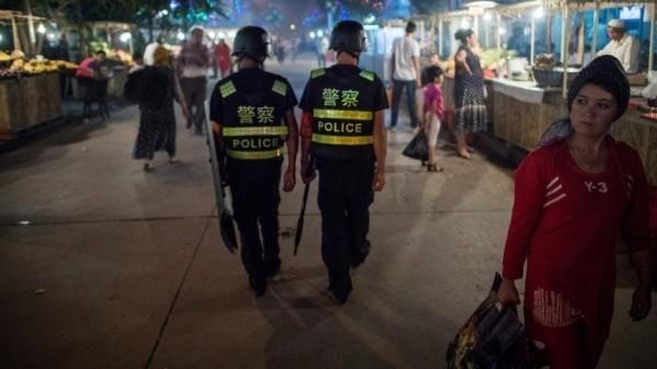 中國雲南省3座清真寺在29日遭到公安部門強行取締關門。外媒憂心,中國似乎取法新疆經驗,擴及其他省市,大舉打壓回族穆斯林。圖為新疆巡邏中的中國警察。(法新社)