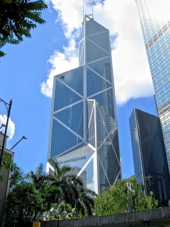 香港中國銀行大廈由4個不同高度結晶體般的三角柱身所組成,多面稜形像極水晶體,在陽光的照射下更可以呈現出不同顏色。(圖擷自維基)