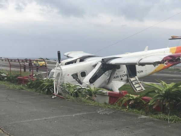 德安航空飛蘭嶼班機,偏離跑道衝撞護欄,警消人員據報馳援。(瑪拉歐斯提供)