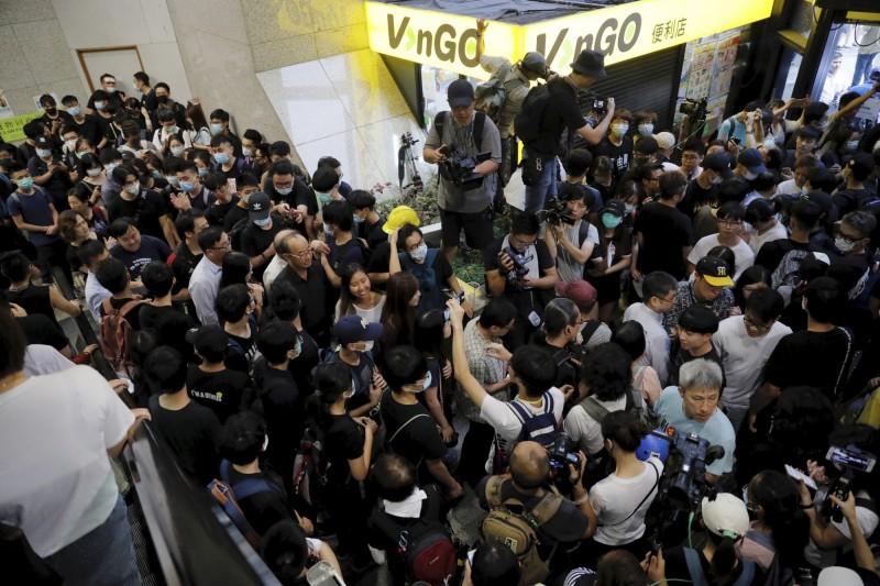 有香港學生在今天發起「接放工」的行動,試圖以「不合作運動」癱瘓政府部門的運作。圖為示威者癱瘓稅務大樓。(美聯社)