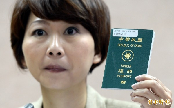 陳亭妃質詢護照問題。(記者林正堃攝)