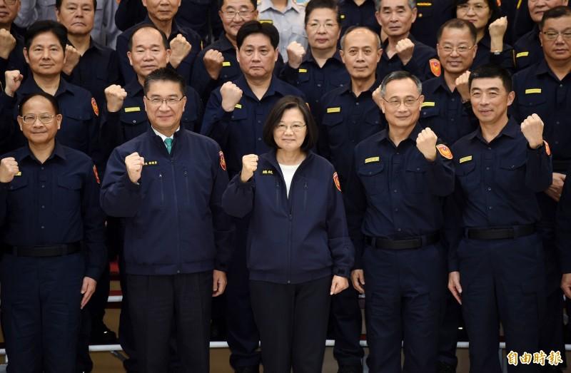 總統蔡英文(前左3)、內政部長徐國勇(前左2)、警政署長陳家欽(前左4)18日出席「新式警察制服換裝典禮記者會」,和全體同仁合影。(資料照)