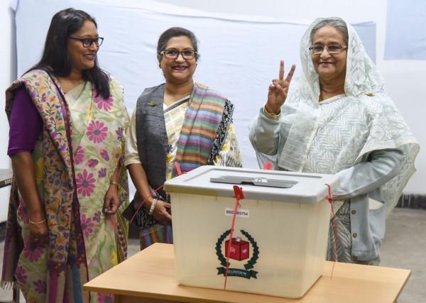 主政超过10年的现任女总理哈西娜(右)寻求第4个任期,外媒称其胜券在握。(法新社)