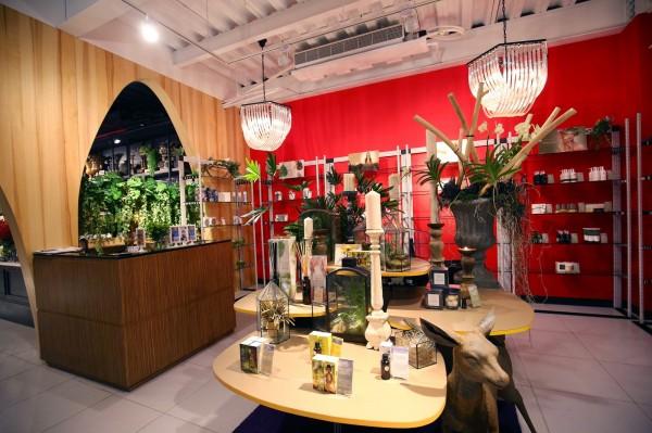 店裡引進泰國THANN品牌的香氛及玻璃植栽創作,供客人欣賞及採買。(記者潘自強攝)