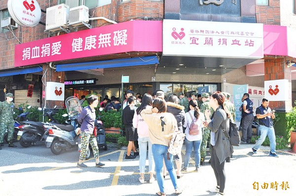 People line up outside a blood donation clinic in Yilan County yesterday to donate blood for people injured in Sunday's train derailment. Photo: CNA
