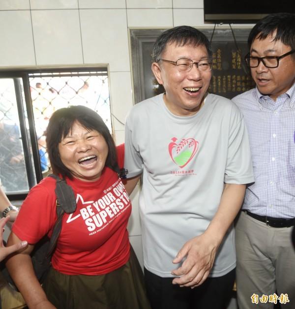 屏東縣議員蔣月惠(左)在媒體的安排下,與「偶像」台北市長柯文哲見面,後來卻嘆「覺得很失望」。(資料照)