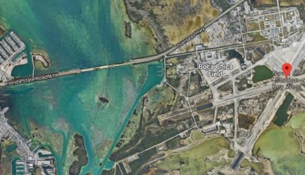 趙乾里當時沿著海灘,繞過柵欄和警告標語,直接走入西島市海軍航空站(圖右側紅色標籤)。(圖擷取自Google Maps)