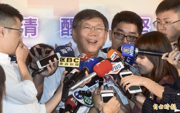 台北市長柯文哲27日出席酒駕醫療介入成果發表記者會,會前接受媒體訪問。(記者簡榮豐攝)