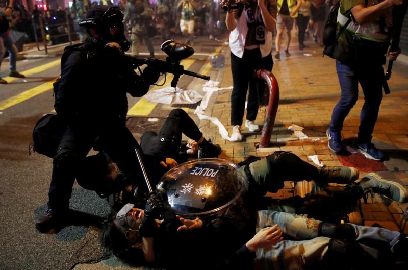 速龍小隊在德輔道西拘捕了多名示威者。(路透)