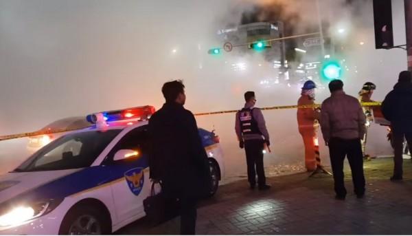 南韓京畿道高陽市一山地區白石站附近,一條埋在地下的熱水管線突然破裂,噴出攝氏100度的沸水,造成1人被燙死、超過40人燙傷。(圖擷自꿀팁臉書)