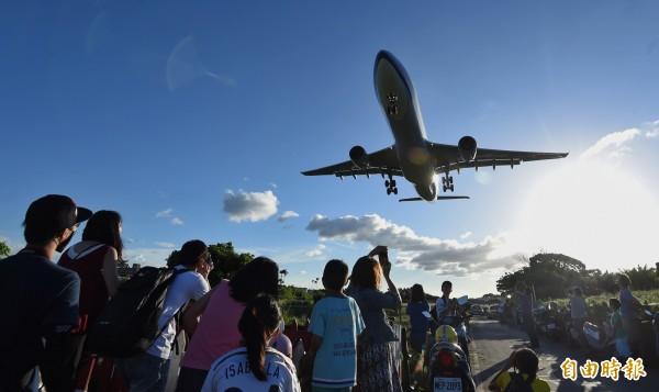 圖為民眾在松山機場周邊觀賞飛機起降。(資料照,記者劉信德攝)