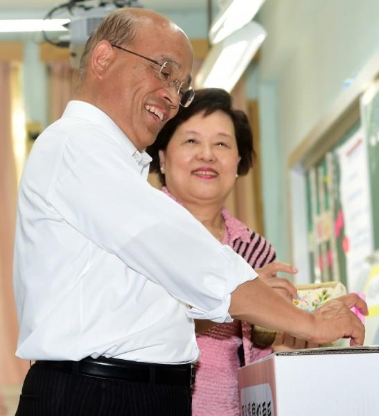 蘇貞昌今早與妻子前往吉林國小投票,呼籲民眾應踴躍投票。記者羅沛德攝。