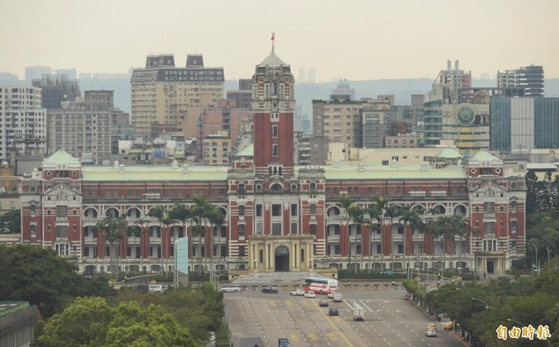總統府今再回應鴻海董事長郭台銘,只有民主,台灣人民才能安居樂業,不用擔心有一天要把企業捐給國家。(資料照)
