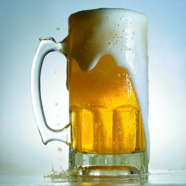 中國陝西的西安翻譯學院11月30日發布新規定,嚴禁該校學生在校內外喝酒,若涉及酒後滋事,最嚴重恐面臨退學處分。(情境照) ☆飲酒過量  有害健康  禁止酒駕☆