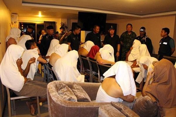 泰國警方於芭達雅一間飯店查獲一場「換妻性愛派對」。(圖擷自《曼谷郵報》)