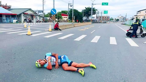 《TAIPEI TIMES》 Sam Hsieh knocked off triathlon bicycle by scooter