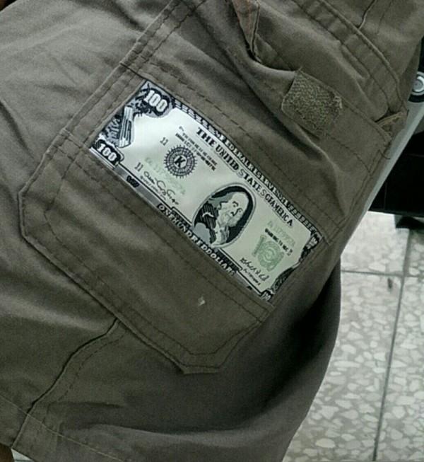 魏嫌身穿印有美鈔的短褲想討個吉利,仍被查緝到案。(記者許國楨翻攝)