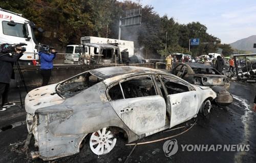 韓國慶尚南道昌原隧道附近,當地時間下午1時20分許,驚傳油罐車爆炸。(圖擷取自《韓聯社》)