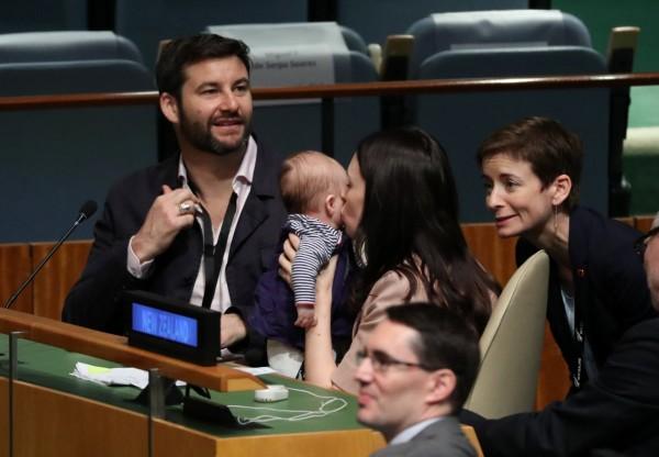 紐西蘭女總理阿爾登帶著女兒妮芙、伴侶蓋福德一同出現在聯合國大會現場。(路透)