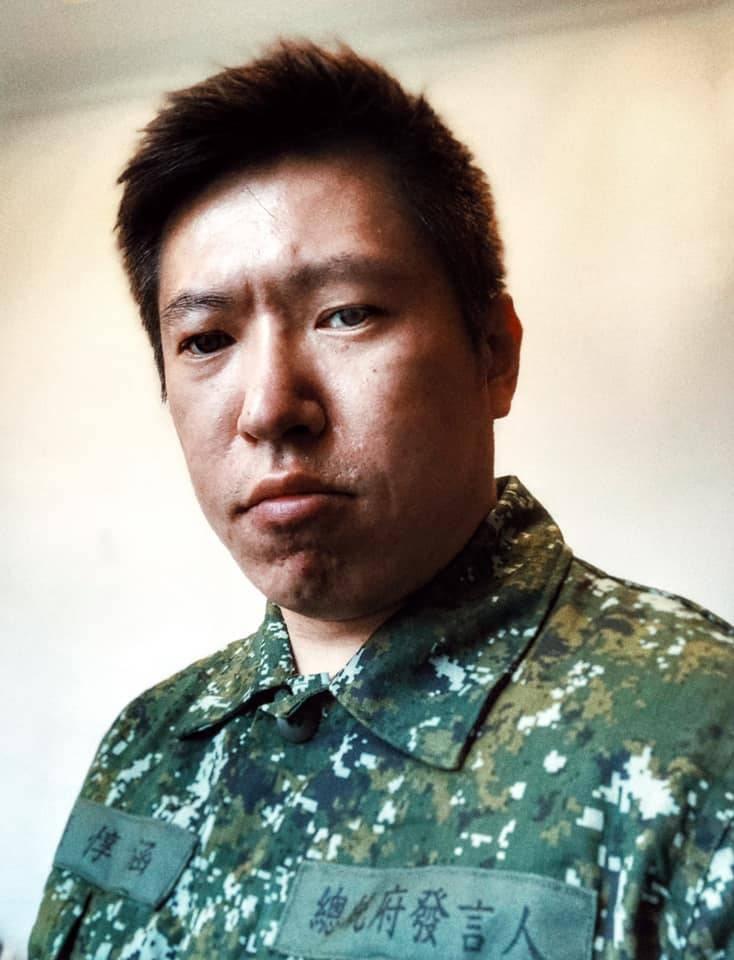 今日為我國「93」軍人節,不同單位分別舉辦相關的紀念或慶祝活動,其中總統府發言人張惇涵也在臉書秀出自己身穿迷彩服的畫面。(圖擷自臉書)